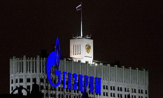 Das Gazprom-Logo erstrahlt vor dem Amtssitz des russischen Premierministers.
