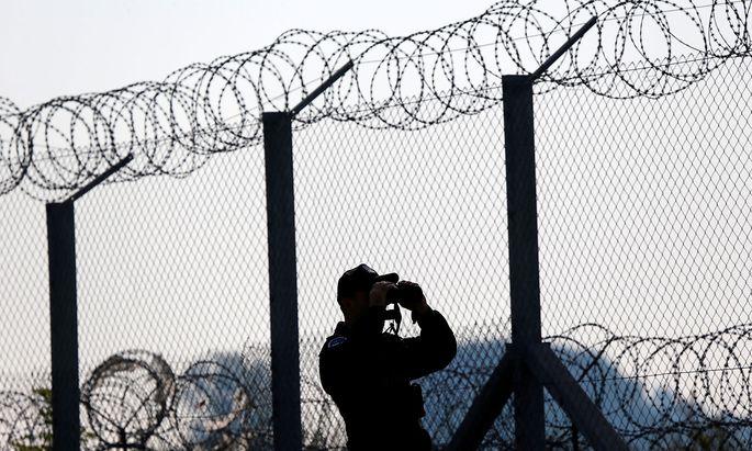 Ein ungarischer Grenzbeamter.
