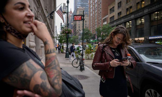 Zwei Frauen während des Facebook-, Instagram- und WhatsApp-Ausfalls in New York