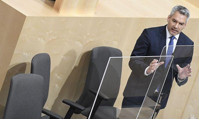 Archivbild von Innenminister Karl Nehammer bei einer Rede im Parlament.
