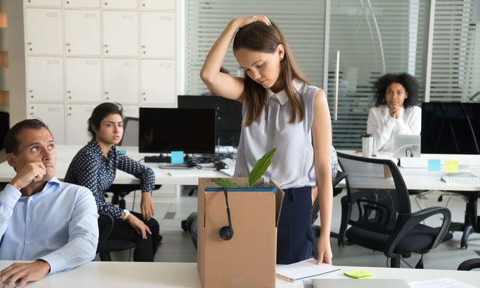 Eine Kündigung ist für Betroffene immer ein Schock, aber auch die restliche Belegschaft beobachtet genau, wie ein Unternehmen mit seinen Mitarbeitern umgeht.