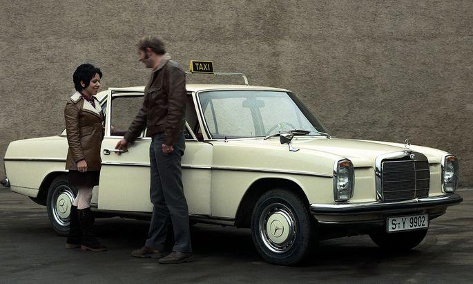 """""""Wo darf's denn hingehen, gnä' Frau?"""" Mercedes feierte die Farbe Elfenbeinweiß, als der 200 noch das Maß der Dinge war."""