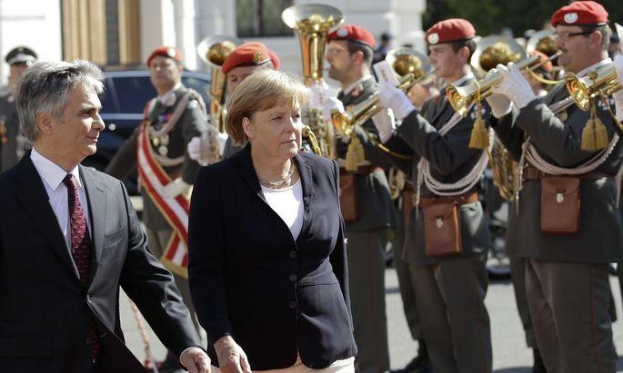 Wien: Merkel mit militärischen Ehren empfangen