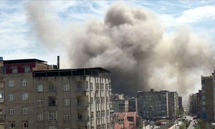 Rauch nach einer Explosion in Diyabakir..