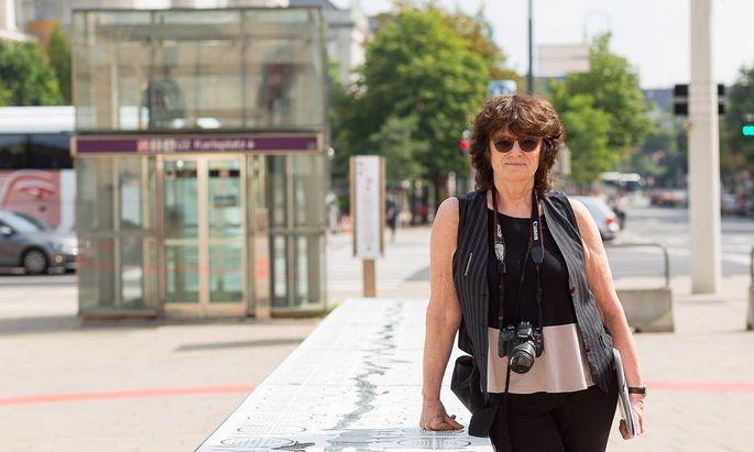 Françoise Schein vor der Tafel, die nun mindestens fünf Jahre am Platz der Menschenrechte steht. Und die genutzt werden soll – zum Essen, Sitzen, Diskutieren.