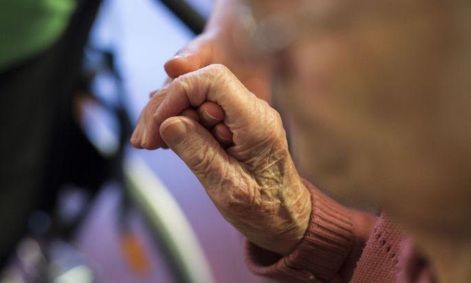 Bewohnerinnen und Bewohner eines Pflegeheims müssen oft dazu ermutigt werden, ihre Bedürfnisse zu artikulieren.