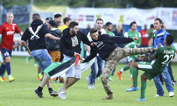 Fans stürmen das Spielfeld und attackieren Spieler.