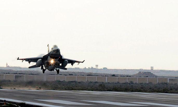 Ein F-16-Jet kehr nach Angriffen auf IS-Stellungen in Libyen wieder nach Ägypten zurück.