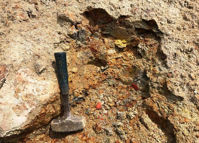 Minenabfälle können hochgiftige Stoffe wie Arsen (rot) oder Antimonerz (schwarz) enthalten.