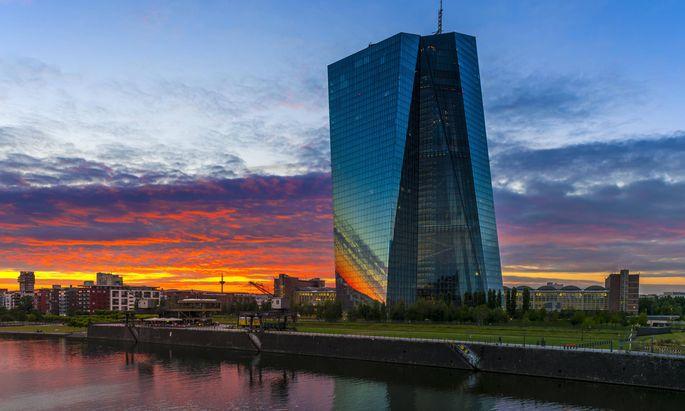 Europäische Zentralbank EZB nach Sonnenuntergang Frankfurt am Main Hessen Deutschland Europa