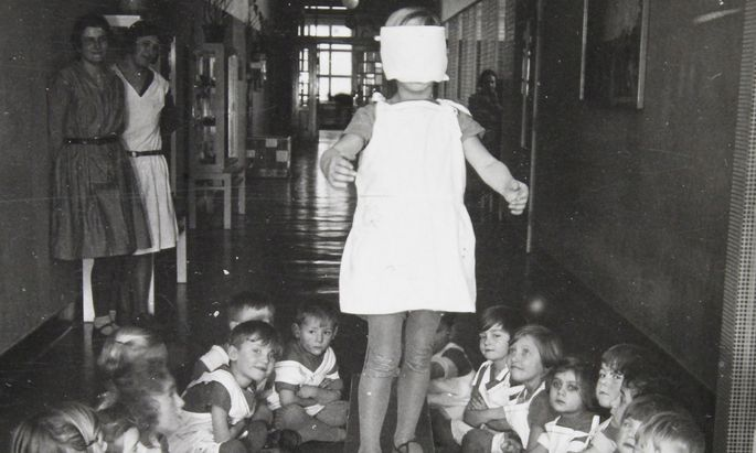Gleichgewichtsübung. Ein Kindergarten im Roten Wien, 1930.