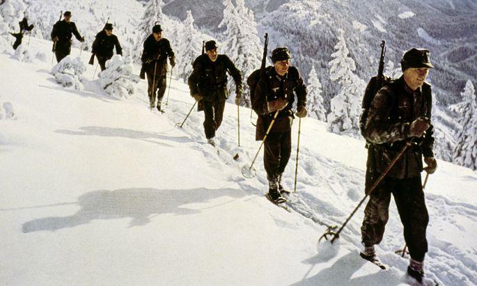 Für die frühe touristische Skiausbildung wurde auf militärische Techniken zurückgegriffen (Bild: Gebirgsjäger).
