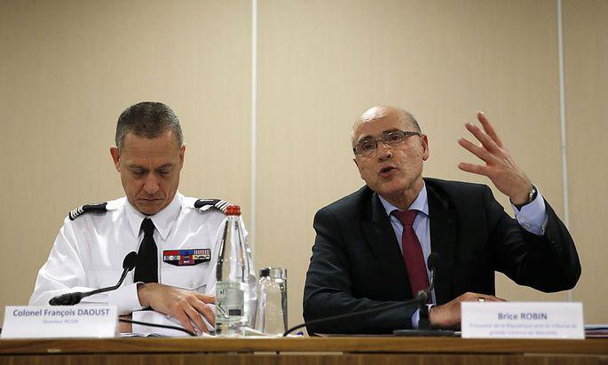 Staatsanwalt Brice Robin (re.) erklärt der Öffentlichkeit seine Ermittlungsergebnisse über den Absturz der Germanwings-Maschine im März in den französischen Alpen.
