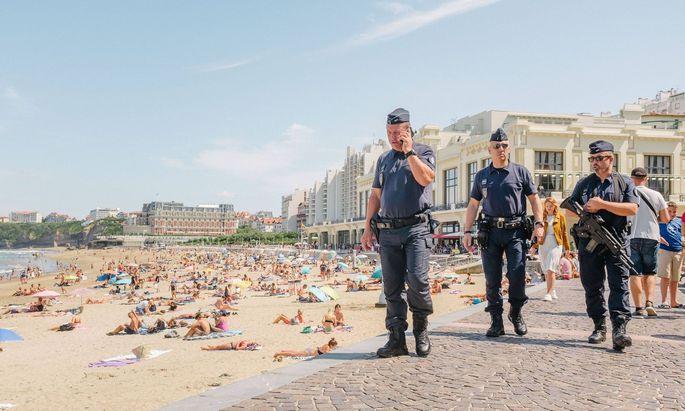 Zum Beginn des G7-Gipfels am heutigen Samstag darf dann niemand mehr am Strand von Biarritz liegen. Die Polizei hat die französische Stadt am Atlantik für die hochrangigen Gäste von Trump bis Merkel abgeriegelt.