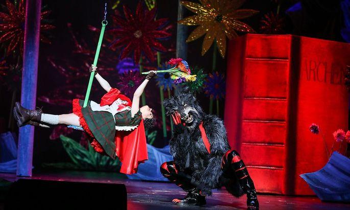 Rotkäppchen (Juliette Khalil) wird vom lasziven Wolf (Drew Sarich) verführt.