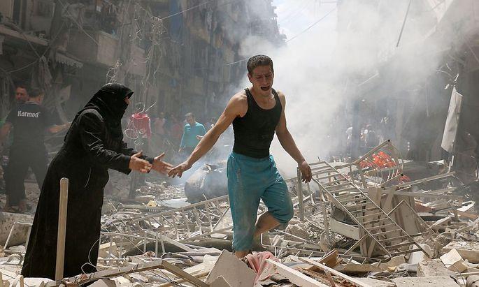 Nach einem Luftangriff auf Aleppo suchen die Menschen in den Trümmern nach Überlebenden.