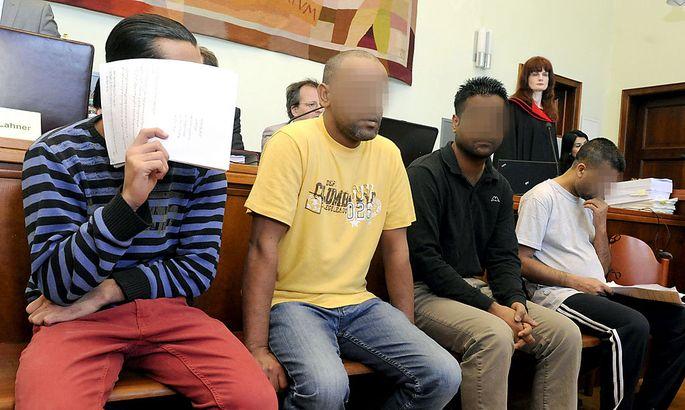 Archivbild: Vier der Angeklagten vor Gericht