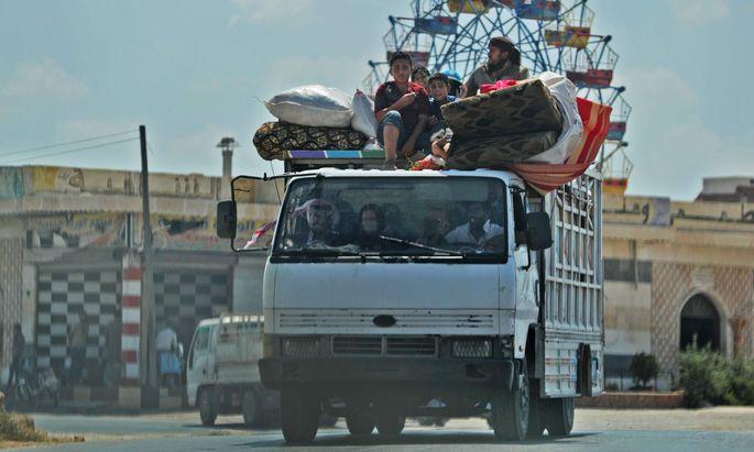 Zehntausende Menschen flüchten vor Assads Truppen aus der bedrängten Rebellenhochburg Idlib.