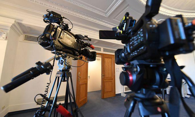 Margit Krager fordert, dass die Kameras künftig nicht nur vor der Tür des U-Ausschusses filmen sollen.