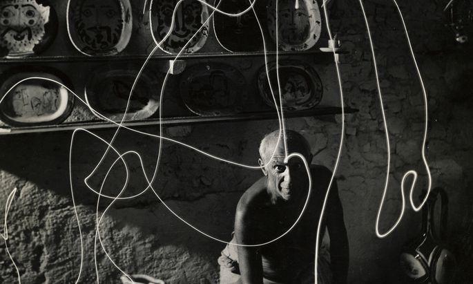 Mili fotografierte Zeichnungen, die Picasso mit einer Taschenlampe in die Luft malte. Fünf Abzüge werden versteigert.