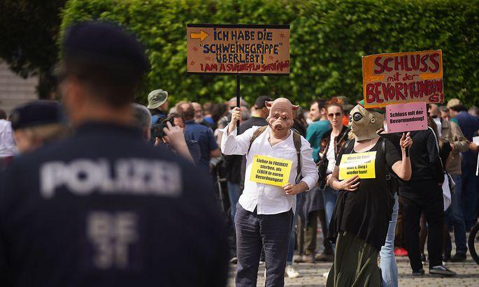Auch in Österreich bieten die Anti-Corona-Demonstrationen eine Plattform für extremistische Ideologien und Verschwörungstheorien.