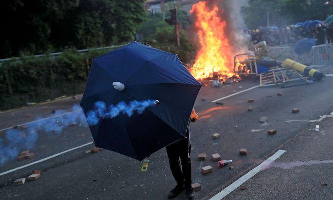 Die Polizei reagierte zunächst mit Tränengas, Pfefferspray und Wasserkanonen, später feuerte sie Schüsse ab.
