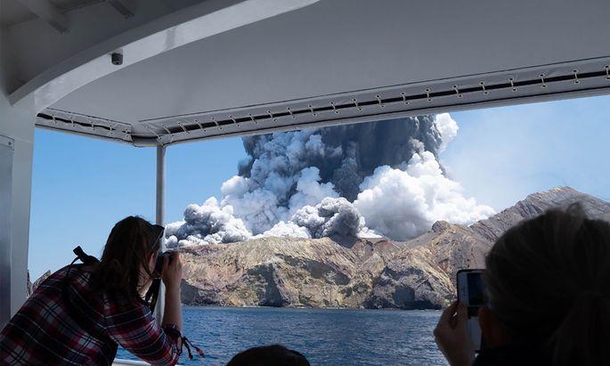 Die Explosion im Krater von White Island, von einem Touristenboot aus nächster Nähe gesehen.