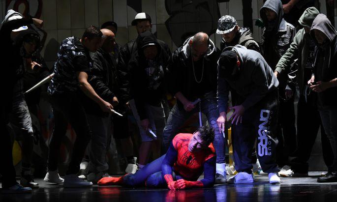 Im Spiderman-Kostüm: Don Quichotte (Gábor Bretz) als Opfer einer Straßengang – bei den Bregenzer Festspielen.