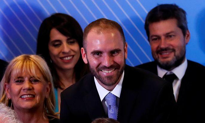 Der 37-jährige Martín Guzmán (Bildmitte) stand in der zweiten Reihe der Ministerriege, die am Freitag präsentiert wurde. Der neue Finanzminister ist wenigen bekannt, dürfte aber bald in aller Munde sein.