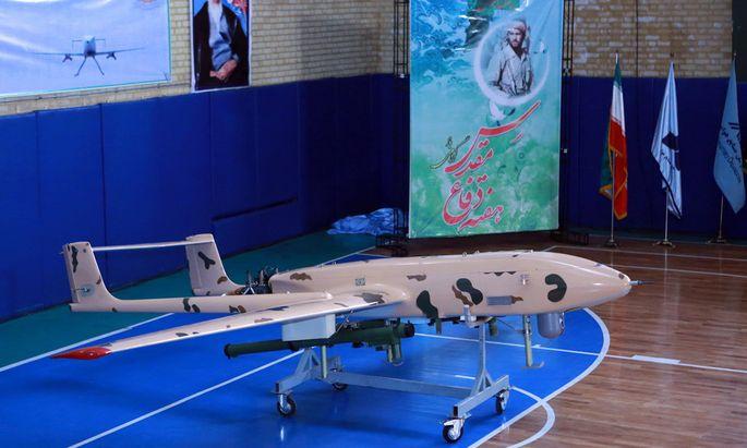 Irans Militär präsentiert eine Drohne in Teheran. Einer der Flugkörper soll nun abgeschossen worden sein.