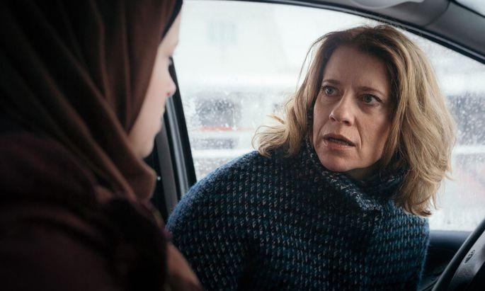 Caroline Peters unterhält und überzeugt als entsetzte Mutter, die sich am Ende ihres modernen Erziehungslateins wähnt.