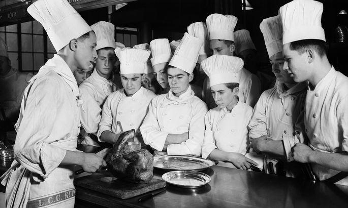 Themenbild. Junge Köche im Westminster Technical Institute am Vincent Square, London, 1937.