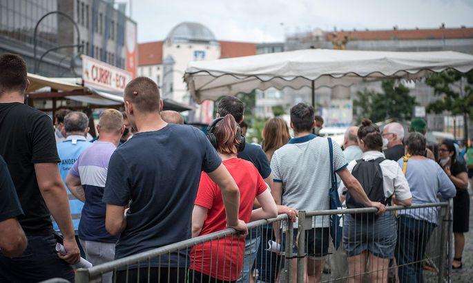 Warten auf die Impfung am Berliner Hermannplatz.