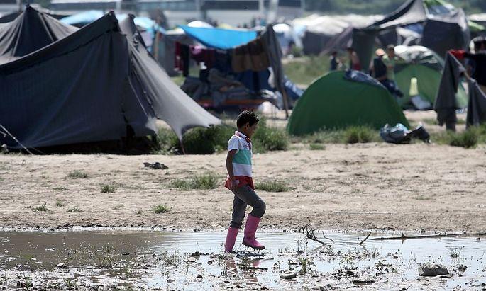 Im Lager in Idomeni harren immer noch mehr als 8000 Menschen unter schlechten Bedingungen aus.