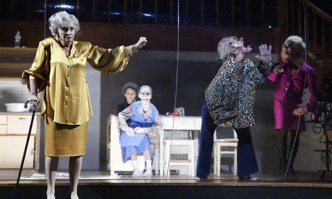 Mörderisches Finale: Barbara Petritsch (l.) als Witwe Grollfeuer, Dorothee Hartinger mit der Puppe von Frau Wurm, Sarah Viktoria Frick mit der von Herrn, Alexandra Henkel mit jener von Frau Kovacic.