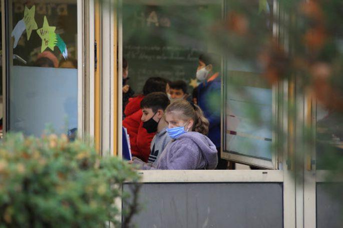 Lernen vor Ort, in geteilten Klassen, mit Maske oder daheim? Die Debatte sorgt für Konflikte.