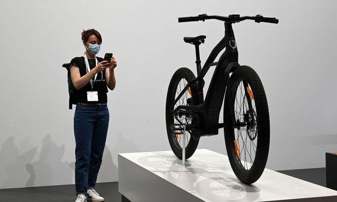 In der Überzahl: In Exponaten gerechnet dominieren Nicht-Autos wie dieses Harley-E-Bike die Automesse IAA in München.
