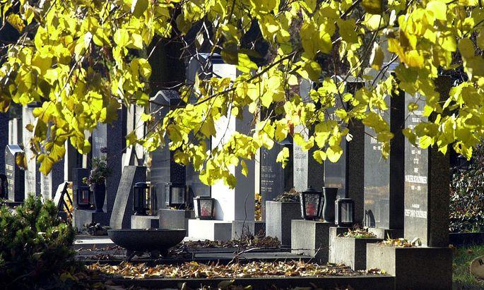 Nicht nur am, sondern auch neben einem Friedhof kann es Gruben geben, auf die man achten muss. Vor allem nachts.