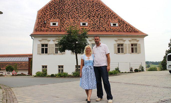 Katarina und Tom Riederer vor dem neuen Pfarrhof.