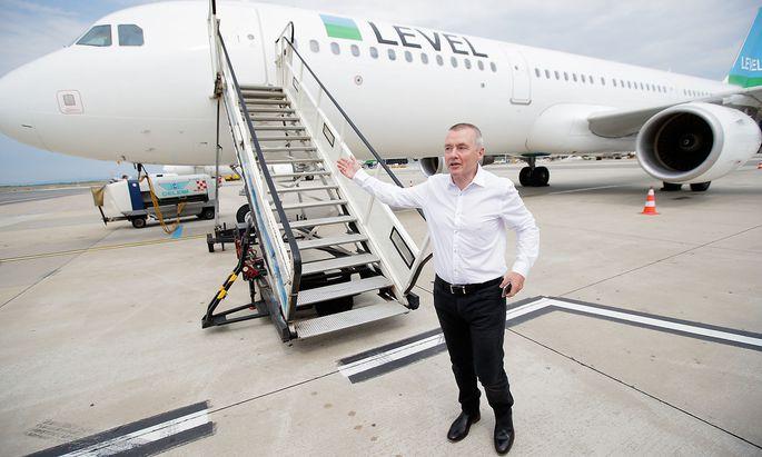 IAG-Chef Willie Walsh am Dienstag vor einem Flugzeug der Level-Airlines