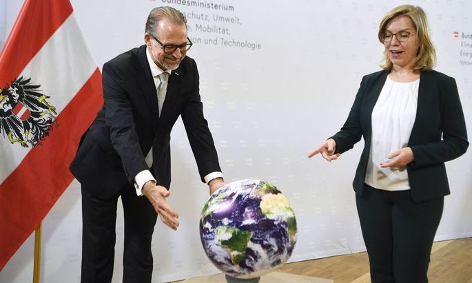 Leonore Gewessler hat wenig unversucht gelassen: Hier preist sie etwa die Rolle der Weltraumforschung im Klimaschutz.