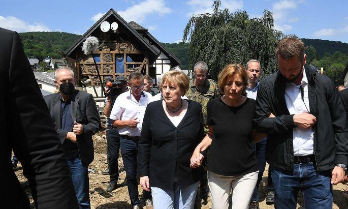 Archivbild vom Montag, als Angela Merkel (Mitte) mit Ministerpräsidentin Malu Dreyer (SPD) zerstörte Gebiete in Rheinland-Pfalz besuchte.