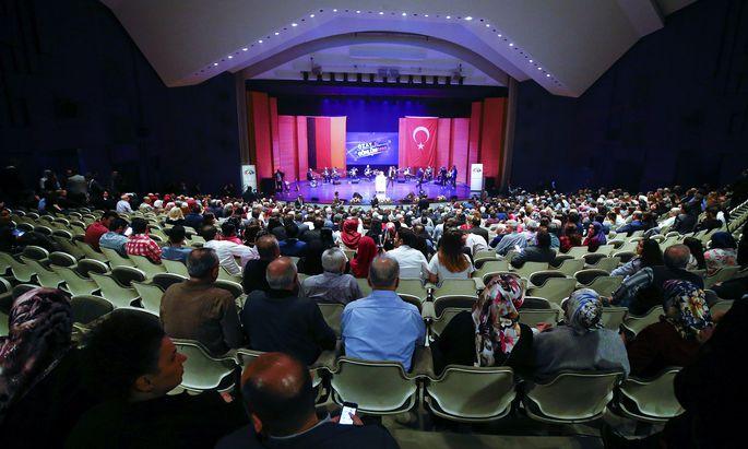 Der türkische Wirtschaftsminister Nihat Zeybekci bei seinem Auftritt in der Stadthalle Leverkusen