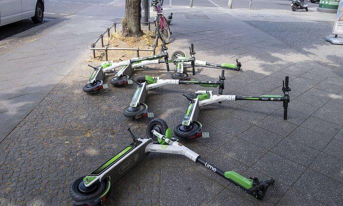 E Scooter des Anbieter Lime liegen auf einem Berlin Gehweg snapshot photography R Price *** E Scoote