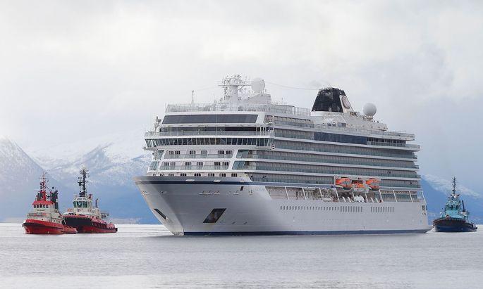 Das Schiff am Sonntag im Hafen von Molde