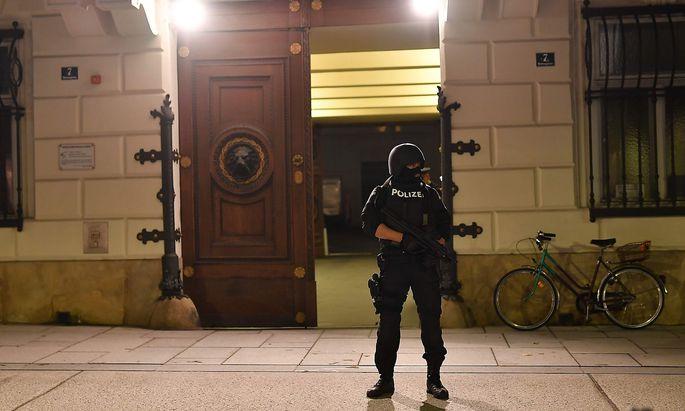 Bewaffnete Einsatzkräfte vor dem Innenministerium in Wien.