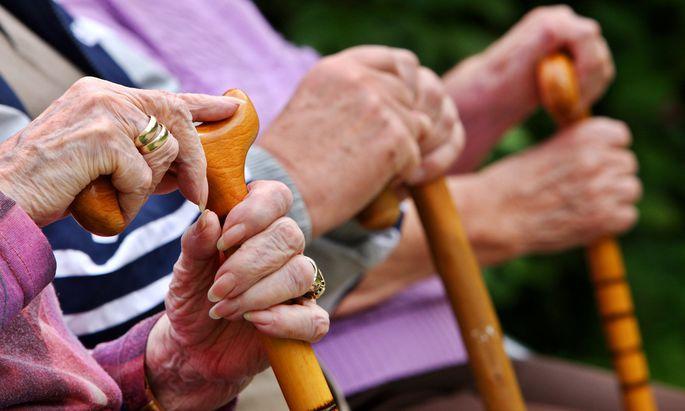 Ältere Menschen sind besonders durch Hitzeextreme gefährdet. Leben sie in der Stadt mit wenig Einkommen und niedrigem Bildungsniveau verschärft sich das Gesundheitsrisiko zusätzlich.