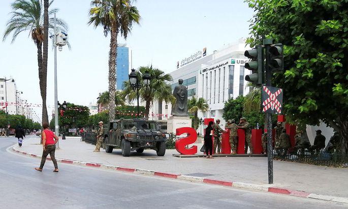 Archivbild vom Dienstag: Die Armee patrouillierte in der Avenue Bourguiba in Tunis.