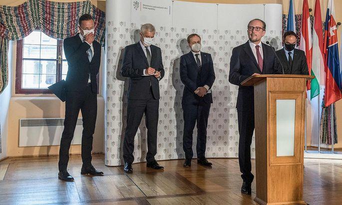 C5-Außenministertreffen im tschechischen Melnik - von links: Szijjarto (Ungarn), Korcok (Slowakei), Kulhanek (Tschechien), Schallenberg (Österreich, am Rednerpult), Logar (Slowenien).