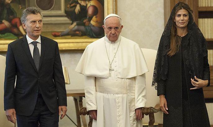 Macri und der Papst mit bitterernstem Blick.